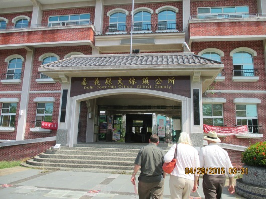 Visiting Dalin Township Office to invite the mayor